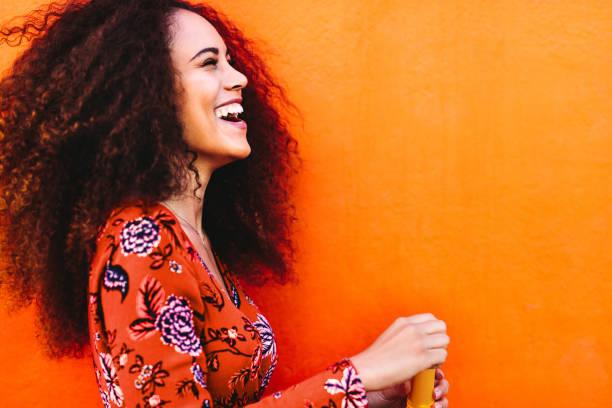 mulher de cabelo encaracolado se divertindo - lifestyle color background - fotografias e filmes do acervo