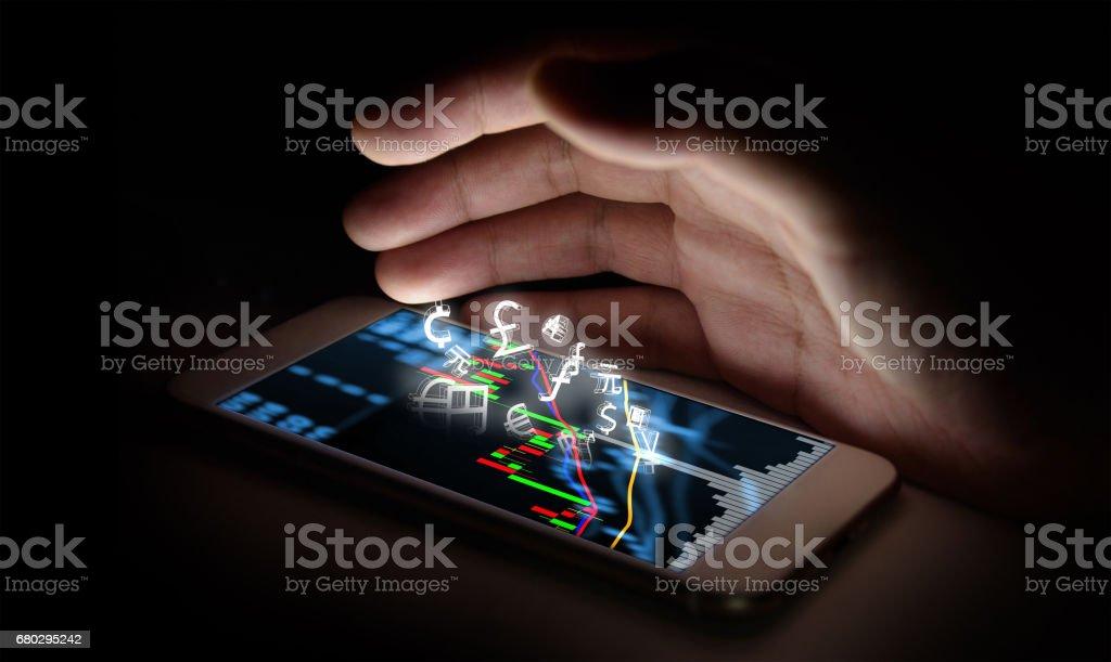Währungen zu unterzeichnen-Symbol und Smartphone mit Börse Graph Bildschirm und Finger mit schwarzem Hintergrund. Blockchain, Fintech Anlagekonzept finanzielle Internet Technologie. – Foto