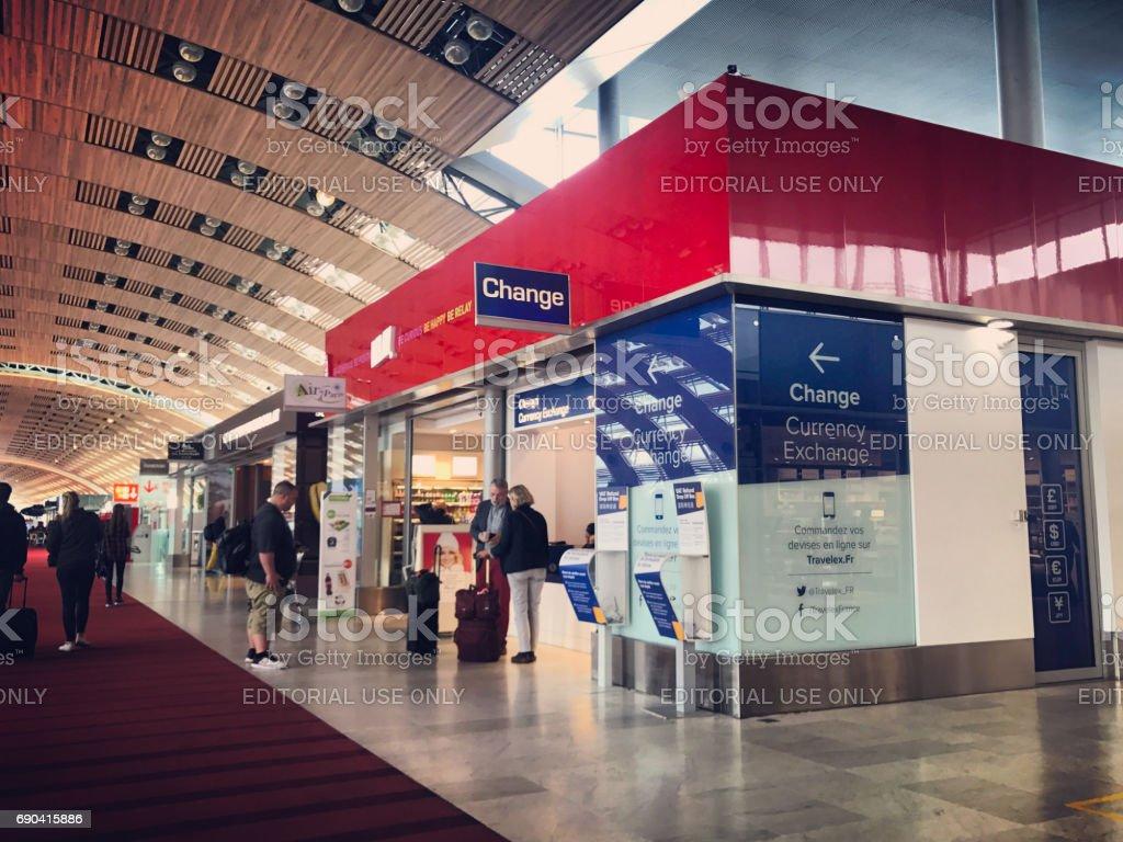 Bureau de change et de cadeaux à Roissy Charles de Gaulle Airport, Paris, France - Photo