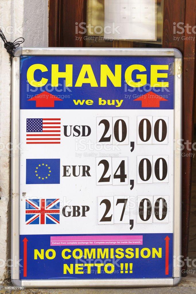 Junta De Intercambio De Divisas Con Tipos De Cambio Dólar Euro Y Libra A Corona Checa En Praga República Checa Foto De Stock Y Más Banco De Imágenes De Aire Libre