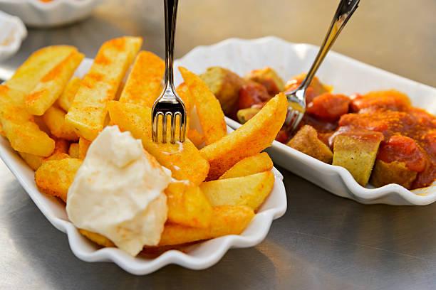 currywurst und pommes frites - currywurst stock-fotos und bilder