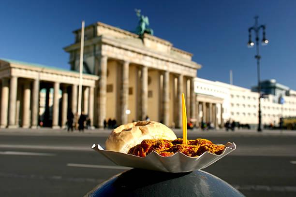 currywurst und dem brandenburger tor - currywurst stock-fotos und bilder