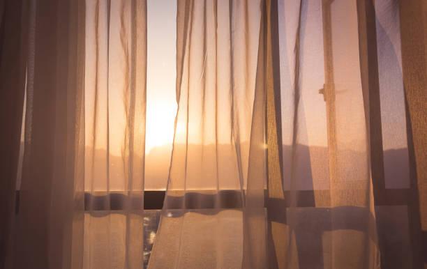 Vorhang am Fenster des Zimmers am Morgen – Foto