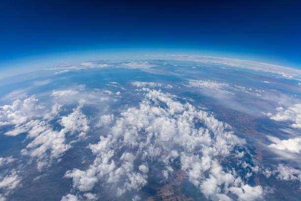 seyyare yerküre eğimi. hava atış. mavi gökyüzü ve bulutlar - stratosfer stok fotoğraflar ve resimler
