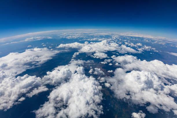 krzywizna planety ziemi. strzał z lotu ptaka. błękitne niebo i chmury - atmosfera wydarzenia zdjęcia i obrazy z banku zdjęć