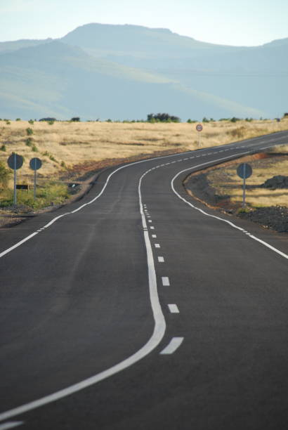 Carretera rural con curvas - foto de stock