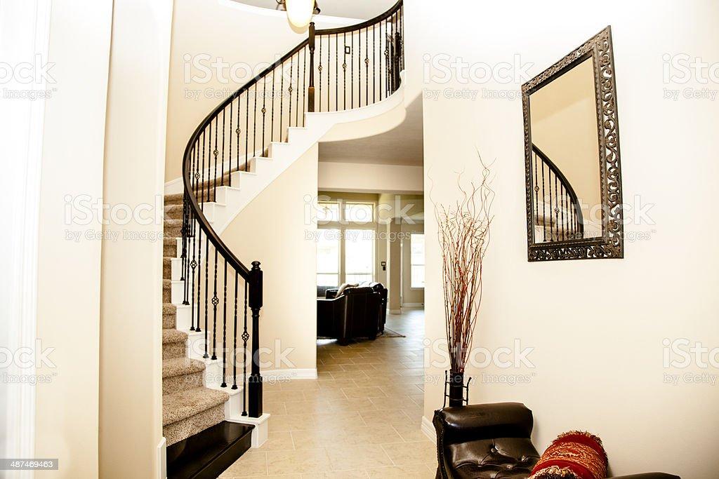 Interni Moderni Case Di Lusso : Curva scalinata e foyer interno di casa di lusso moderno