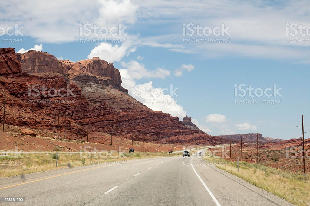 Curving highway in Utah next to red desert hills photo libre de droits