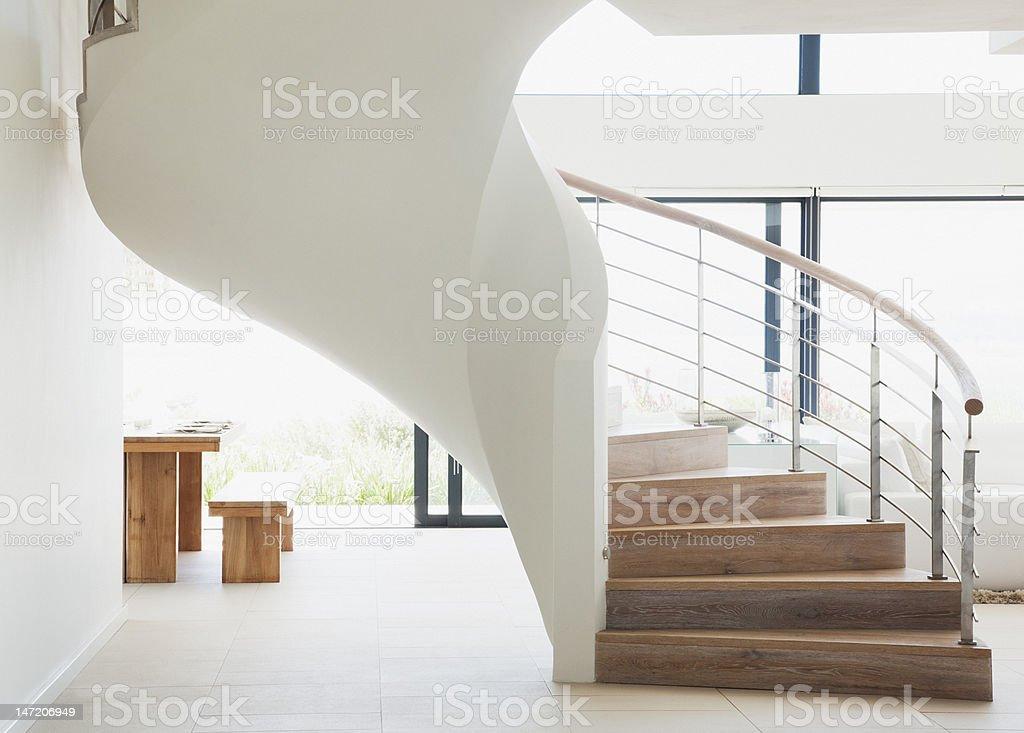 Escada em casa moderna curvada - foto de acervo