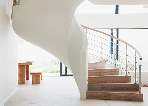 geschwungene treppe in moderne zuhause - foyerdesign stock-fotos und bilder