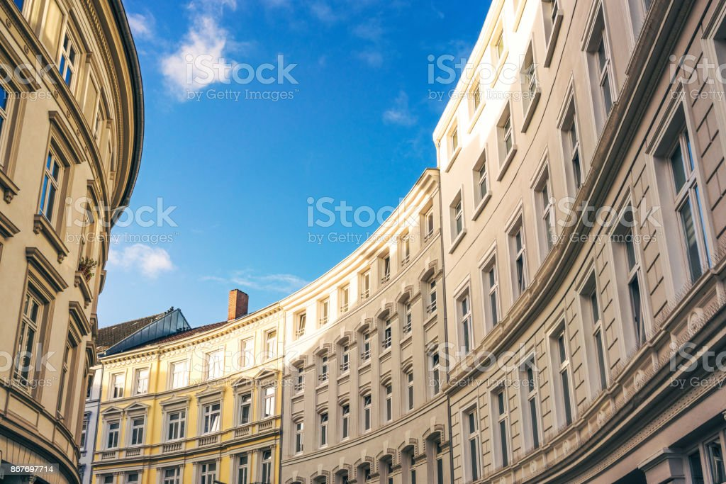 Kurvenreiche Straße von traditionellen Wohnhäusern in Hamburg, Deutschland - Lizenzfrei Alt Stock-Foto