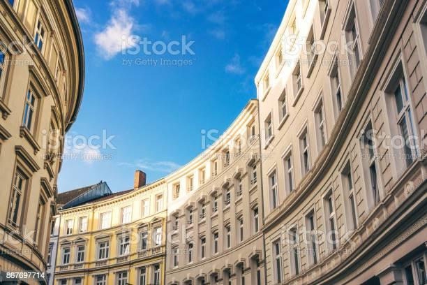 Kurvenreiche Straße Von Traditionellen Wohnhäusern In Hamburg Deutschland Stockfoto und mehr Bilder von Alt