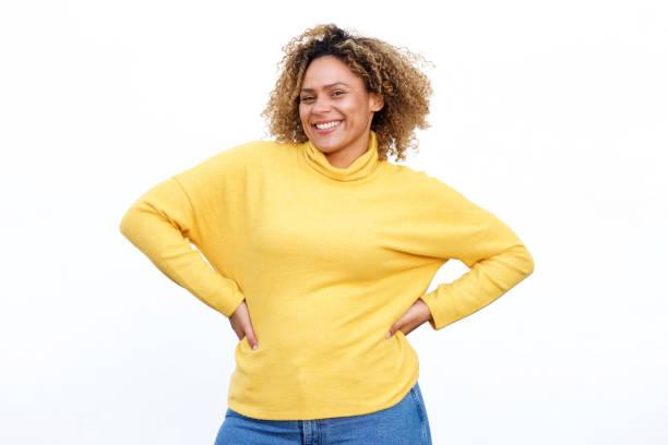Kurvide afrikanische Amerikanerin lächelt vor isoliertem weißen Hintergrund – Foto