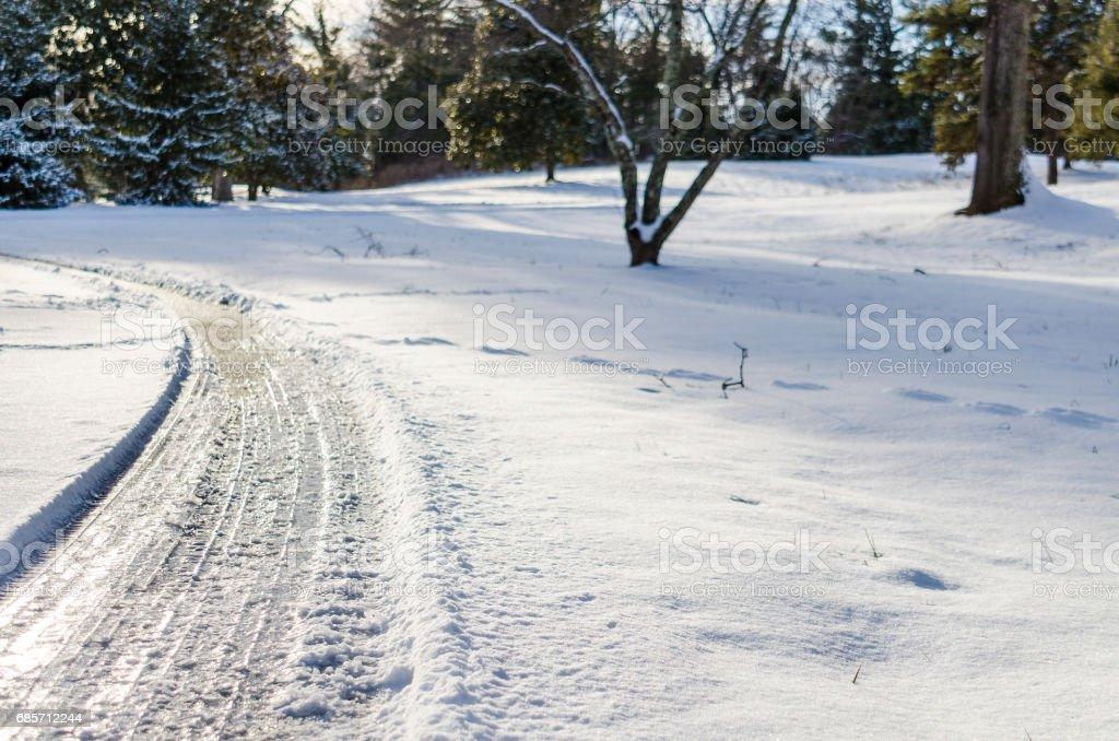 Curvy road covered in winter snow in Virginia foto de stock royalty-free