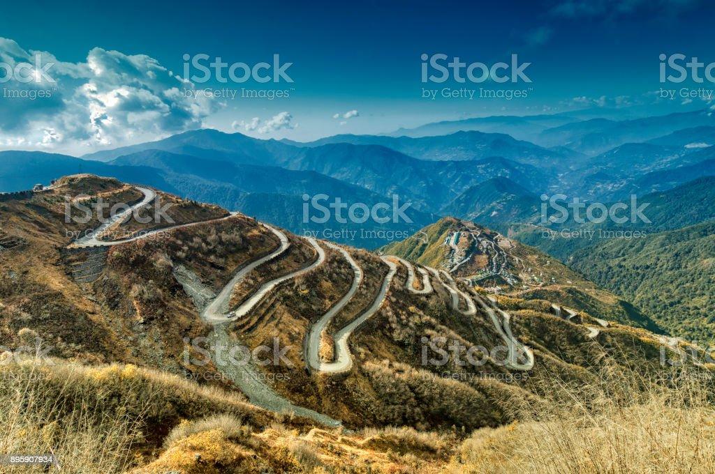 Kurvige Straßen, Seide trading route zwischen China und Indien – Foto