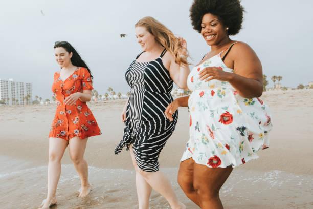mulheres curvilíneas na praia - body positive - fotografias e filmes do acervo