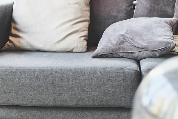 kissen auf sofa - stuhlpolster stock-fotos und bilder