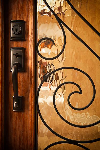 individuelle hause tür mit messing-griff. - schlüssel dekorationen stock-fotos und bilder