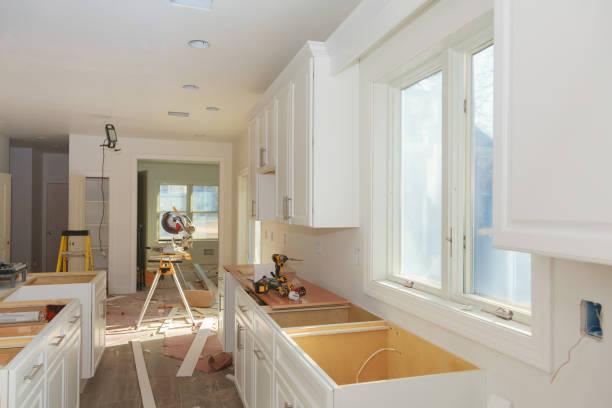 anpassade köksluckor av installationen bas av köksluckor - husutbyggnad bildbanksfoton och bilder