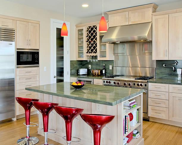 individuelle küche mit insel und roten hockern - laminatschränke stock-fotos und bilder