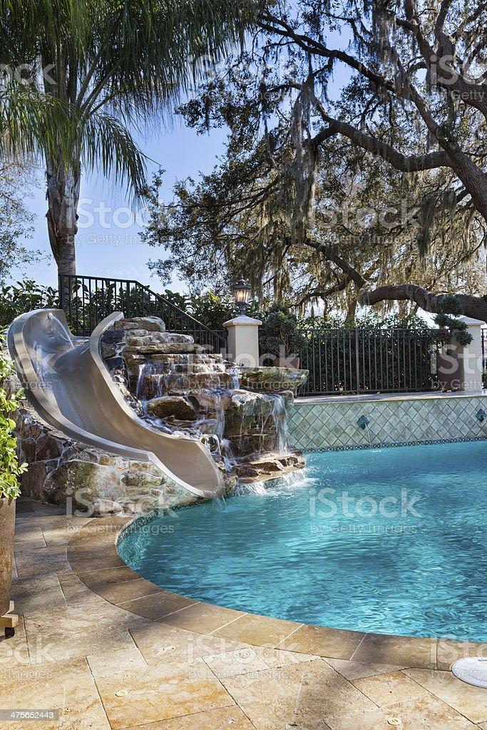 Custom piscina con cascata e scivolo fotografie stock e for Piscina con cascata