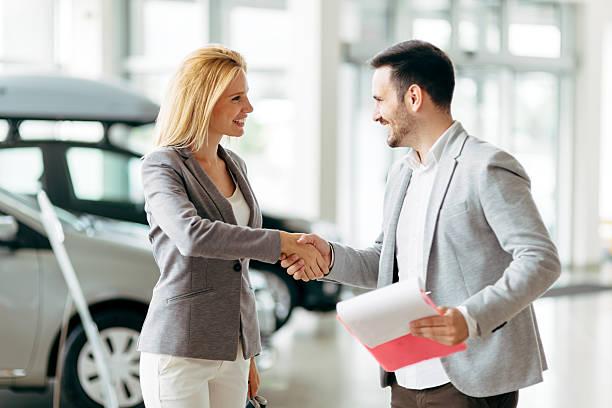 customer buying a car at dealership - vendedor - fotografias e filmes do acervo