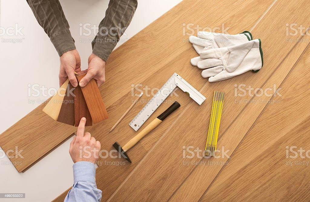 Kunden wählen Sie eine hölzerne Fußleiste – Foto