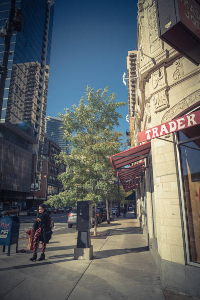customer-exit trader joes discounter in der innenstadt von chicago - aldi karriere stock-fotos und bilder