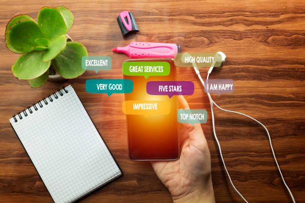 Customer Experience Concept. Nahaufnahme Frauen per Smartphone Umgeben von einer positiven Rezension in Sprechblase und Social Network-Ikonen – Foto