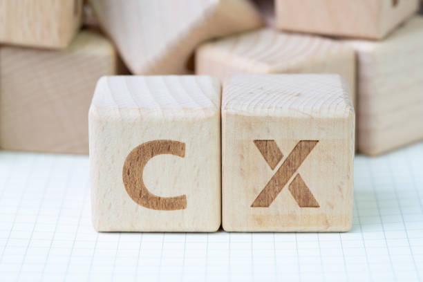 Concepto de experiencia de cliente, bloque de madera cubo con alfabeto CX, importante de usuario centrada en el servicio, producto y negocio mundial reciente - foto de stock