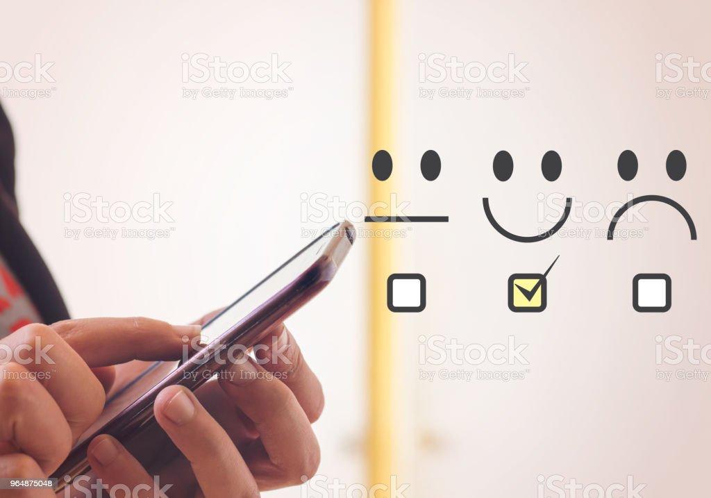 客戶體驗理念, 快樂的女商人手持數碼片 - 免版稅互聯網圖庫照片