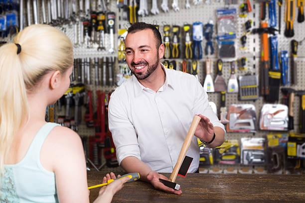 customer getting help at pay desk - kas bouwwerk stockfoto's en -beelden