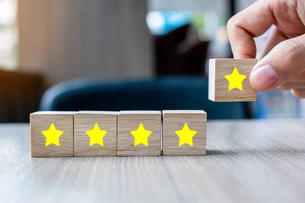 kunden, die holzblöcke mit dem fünf-sterne-symbol halten. kundenbewertungen, feedback, bewertung, ranking und servicekonzept. - feedback stock-fotos und bilder