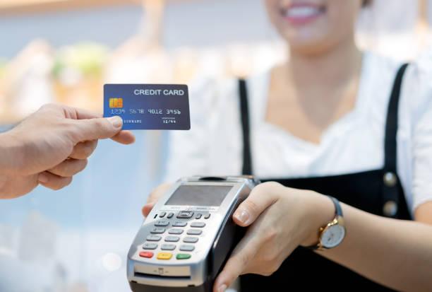 咖啡館裡的顧客正在通過信用卡向店員付款。 - 車站 個照片及圖片檔
