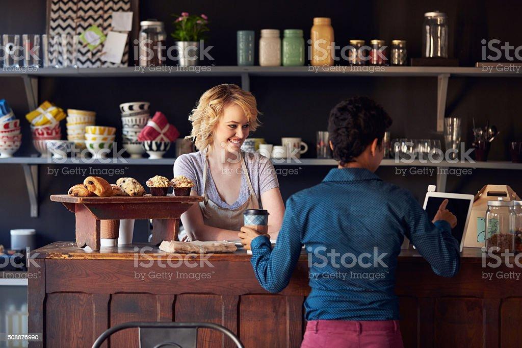 Cliente em loja de café usando Tablet Digital pedidos - foto de acervo