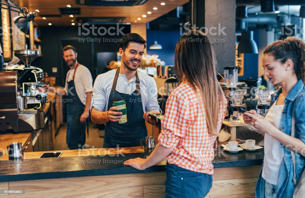 Al cliente hacer un pago sin contacto - foto de stock
