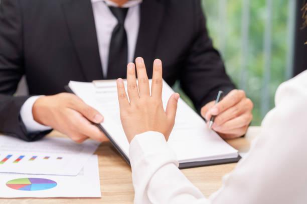 cliente mujer dice que no o aferrarse al empresario dándole la pluma para la firma de un contrato - stop sign fotografías e imágenes de stock