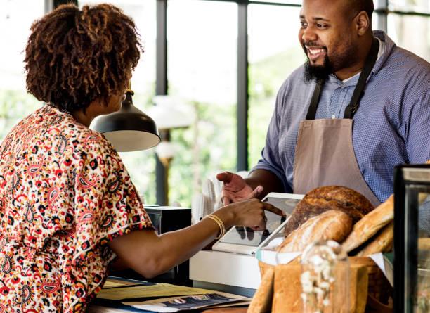 客戶訂購糕點在櫃檯 - small business saturday 個照片及圖片檔