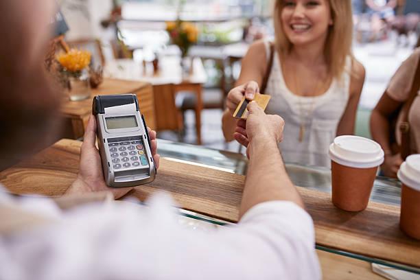 kunden bezahlen, im café mit kreditkarte - kaffee shop stock-fotos und bilder