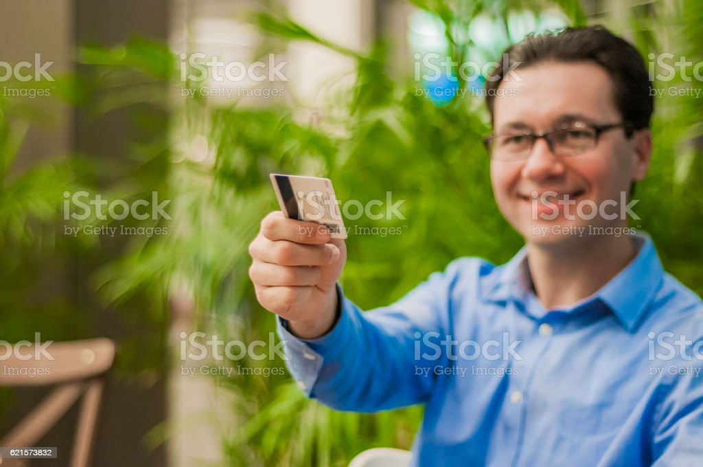 Customer paying bill at the restaurant with his credit card. photo libre de droits