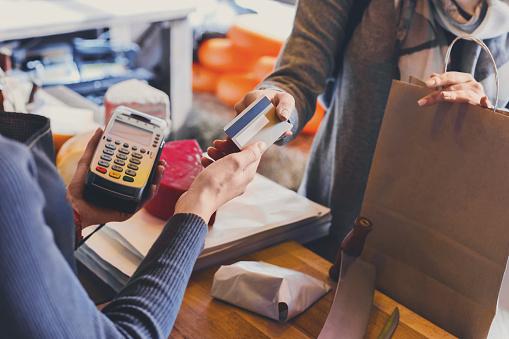 Klant Betaalt Voor De Volgorde Van De Kaas In Kruidenier Stockfoto en meer beelden van Aankoop met creditcard