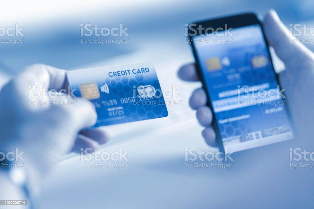 Carte Bancaire Sur Telephone.Photo Libre De Droit De Client De Payer En Ligne Avec Paiement Par