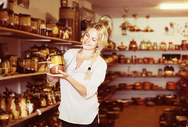 kunde, der eine geschirr - keramik vase stock-fotos und bilder