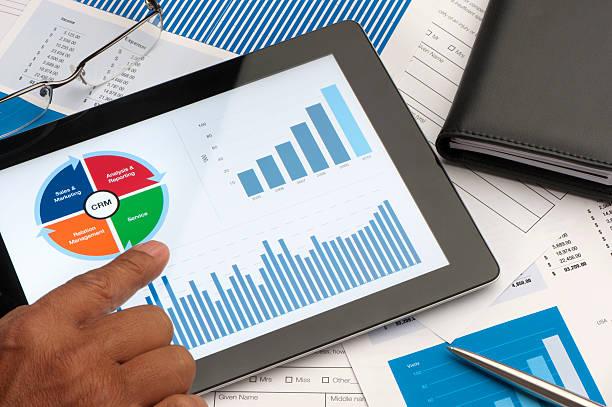 Gestion de la relation client tableau numérique d'affaires sur la table - Photo