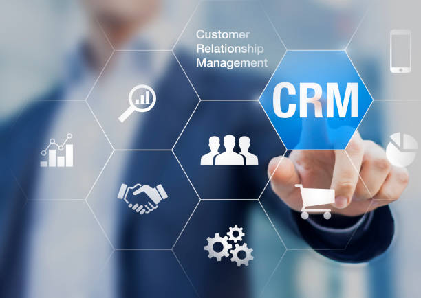 Concept de gestion de relation client avec l'homme d'affaires en touchant le bouton à fond - Photo