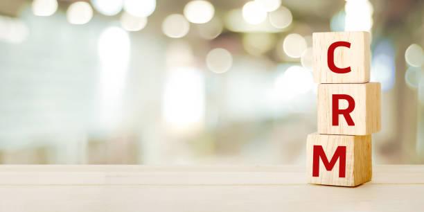 CRM, Customer Relationship Management, sur des cubes en bois plus flou fond avec espace copie, succès au concept d'entreprise - Photo