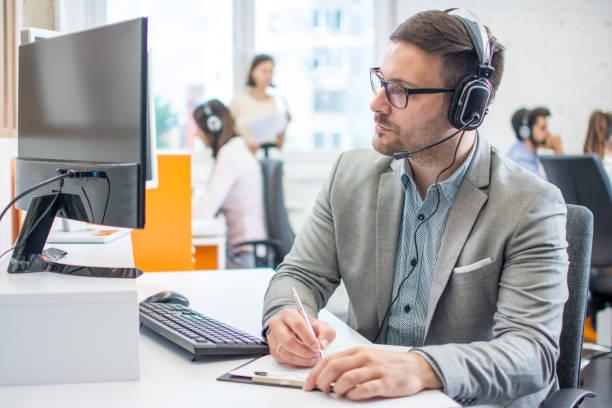 Kundendienstleiter, der im Büro einige Papiere erledigen kann – Foto