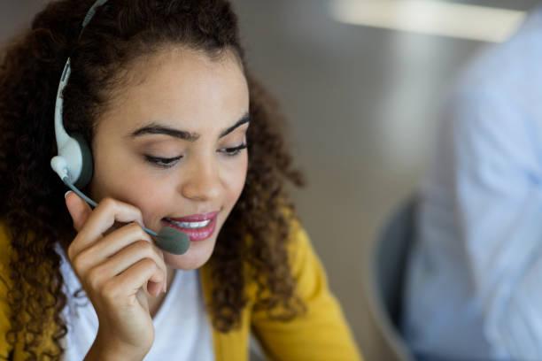 Ejecutivo de servicio al cliente hablar sobre auriculares - foto de stock
