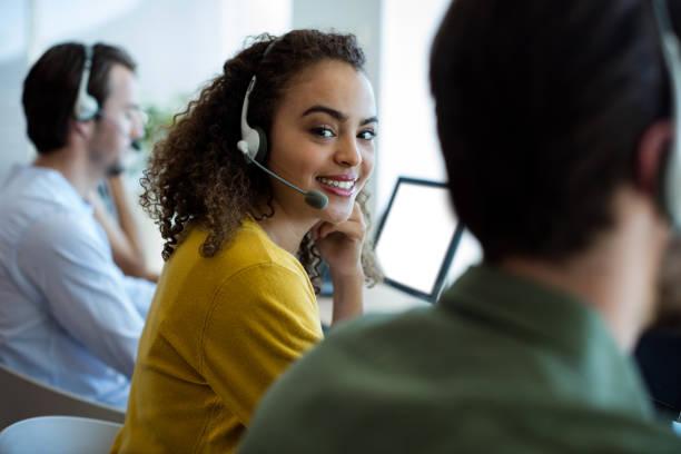 顧客サービスの幹部はオフィスで働いています。 - コールセンター ストックフォトと画像