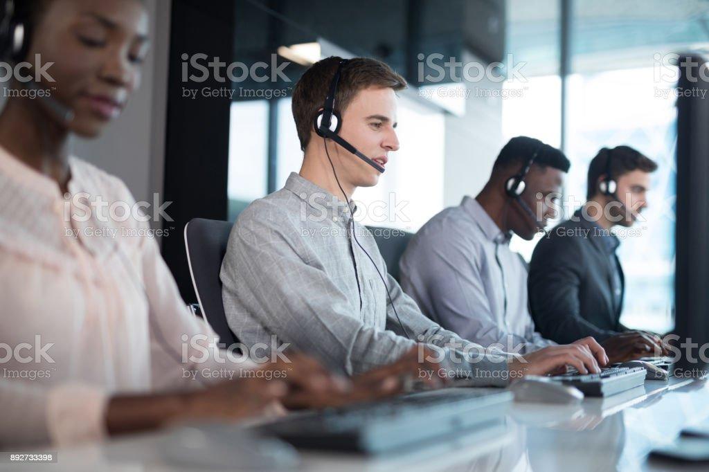 Kunden-Service-Führungskräfte arbeiten im Büro – Foto
